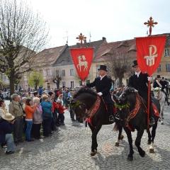 Doroczna wielkanocna procesja konna w Ostritz, tzw. Křižerjo. Paradny przejazd oznajmiający światu zmartwychwstanie Jezusa. Górnołużyckie procesje są ostatnimi na Zachodniej Słowiańszczyźnie, dawniej powszechnymi również w Polsce (fot. A. Lipin)